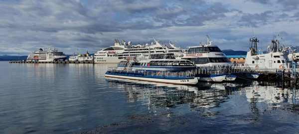 Blick auf den Hafen von Ushuaia mit der HANSEATIC nature