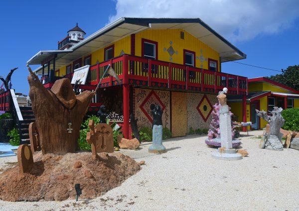 Das Haus des Künstlers Ron 'Foots' Kynes, Cayman Brac
