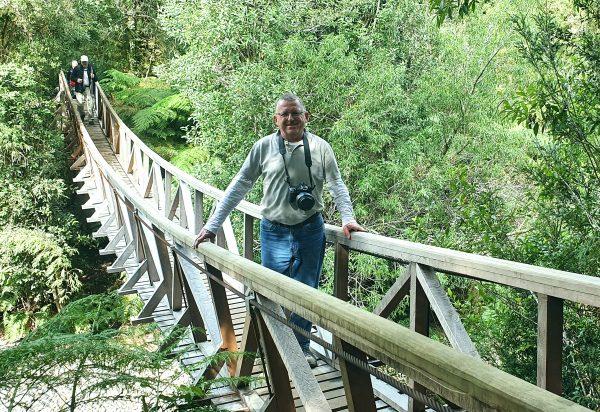 Zinni auf einer Hängebrücke im Pumalin Douglas Tompkins National Park