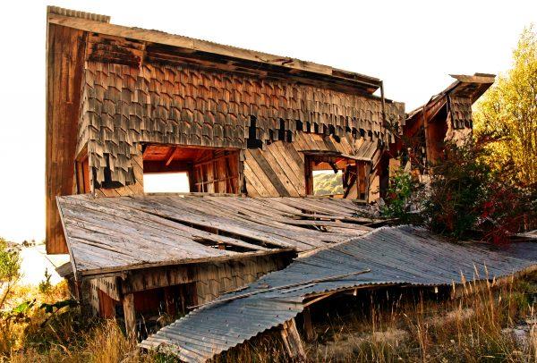 Durch Vulkanaktivitäten zerstörtes Gebäude in Chaitén