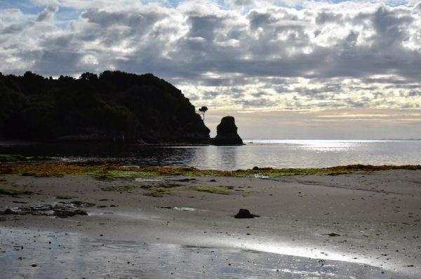 Ein Strand nahe der Festung Agüi in Chiloé