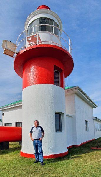 Zinni und der Faro Corona auf Chiloé