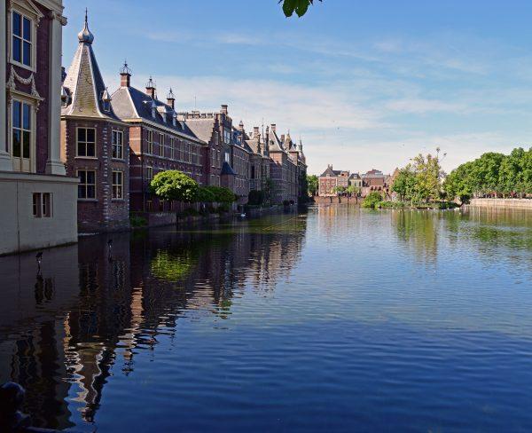 Blick auf den Binnenhof in Den Haag vom Hofvijver