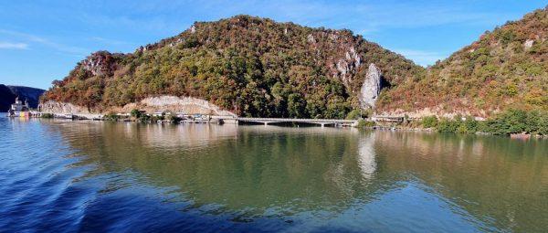 Das Kloster Manastirea Mraconia und der Kopf des Königs Decebal am Donau-Ufer