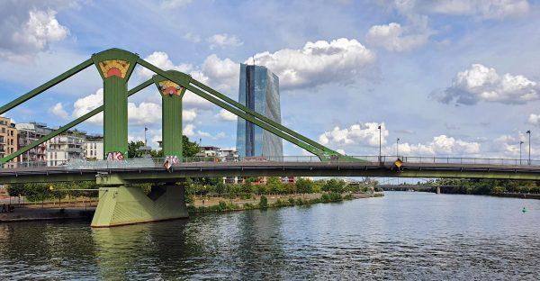 Die Flößer-Brücke und der Skytower in Frankfurt