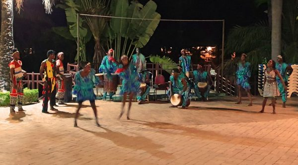 Akrobatische Tanz-Show im Senegambia Beach Hotel