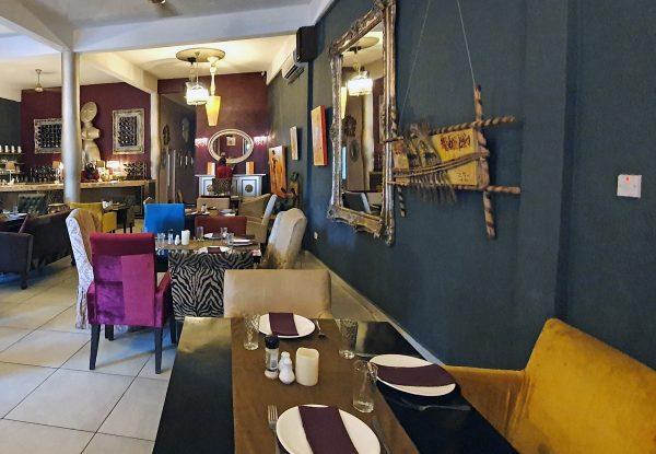 Im 'Gaya Art Cafe' in Koloni