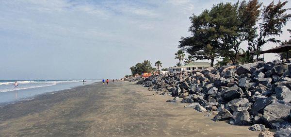 Der Strand am Kairaba Beach Hotel (bei Ebbe)