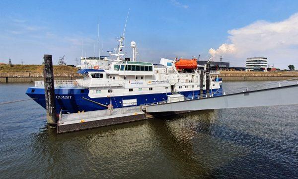 Die MS Quest im Hamburger Hafen Steinwerder