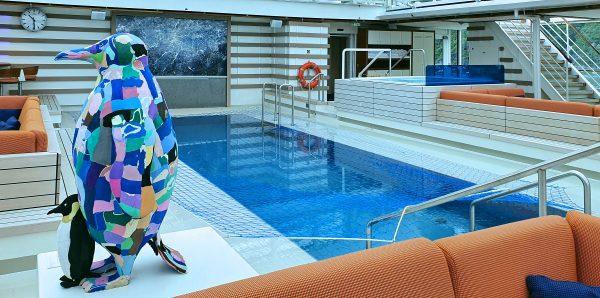 Ein Pinguin am Pool der MS HANSEATIC nature