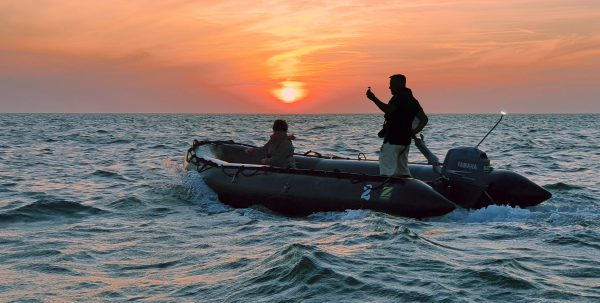 Auf Sunset Cruise mit Zodiac-Booten zur 'Lange Anna' im Abendlicht unterwegs