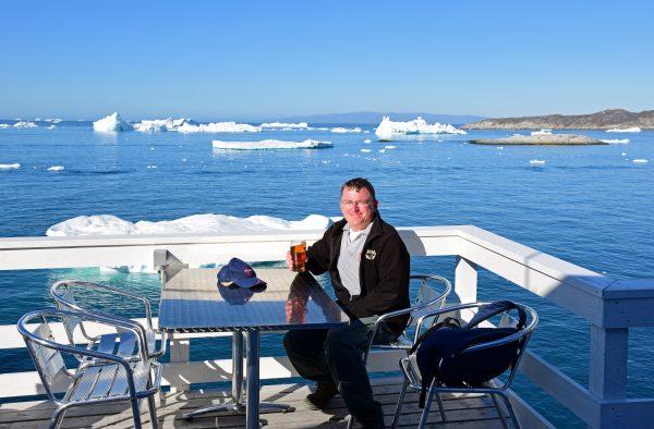 Zinni trinkt sein verdientes Bier in Ilulissat