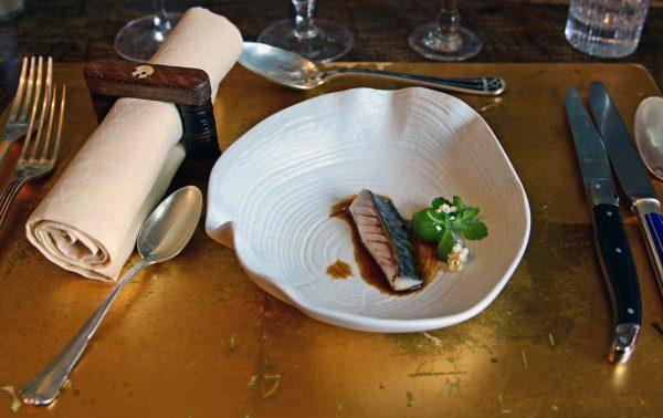 Der erste Fischgang (Makrele) im Restaurant G.A. / Manoir de Rétival