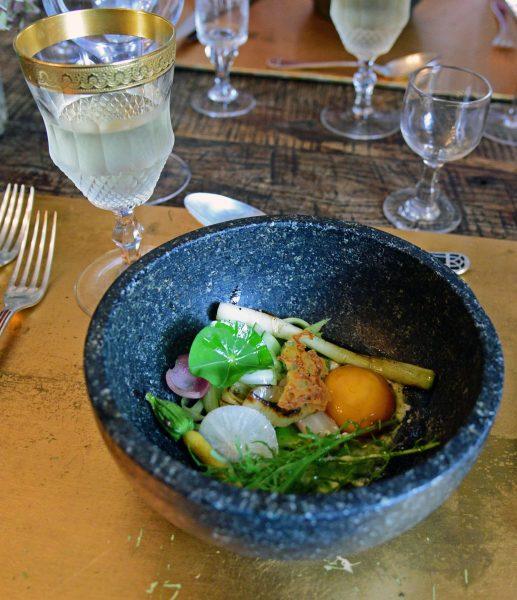 Der vegetarische Gang (kleine Gemüse mit Ei) im Restaurant G.A. / Manoir de Rétival
