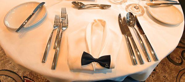 Der gedeckte Gala-Menü-Tisch auf der MS Treasures