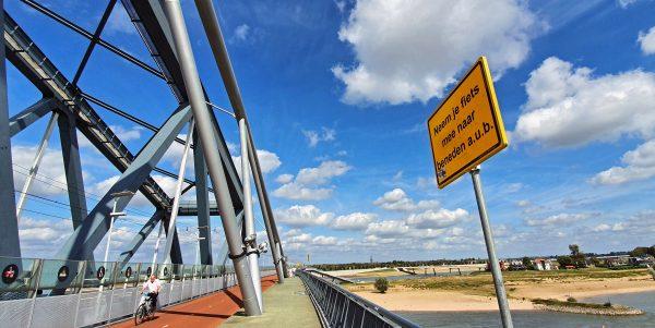 Auf der Eisenbahnbrücke von Nijmegen