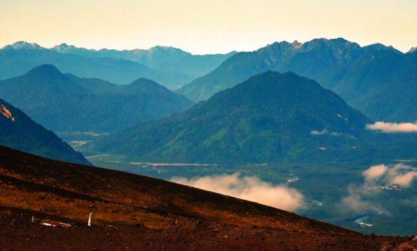 Blick vom Vulkan Osorno auf die umliegenden Berge