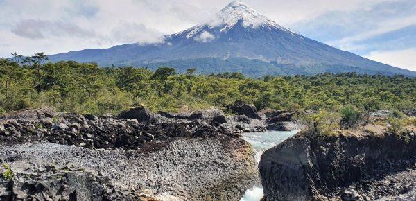 Der gewaltige Vulkan Osorno und die moderaten Saltos de Pedrohue