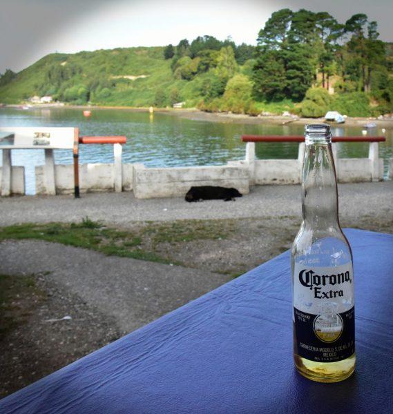Corona (die Biersorte) im Fischmarkt von Angelmó / Puerto Montt