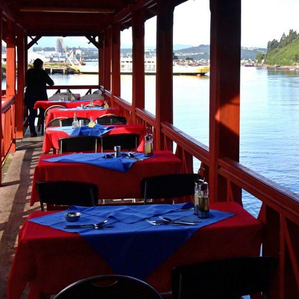 Ein Restaurant im Fischmarkt von Angelmó / Puerto Montt