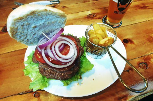 Ein Hochheimer isst Hamburger in der Cervecería Baguales in Puerto Natales
