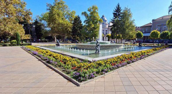 Ein Brunnen nahe der Regionalbibliothek 'Lyuben Karavelov' in Rousse