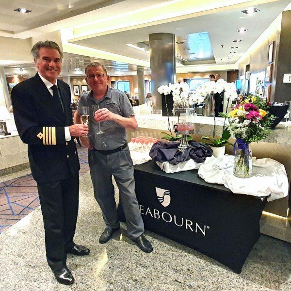Kapitän Tim Roberts und sein Kreuzfahrtberater auf der MS Seabourn Sojourn
