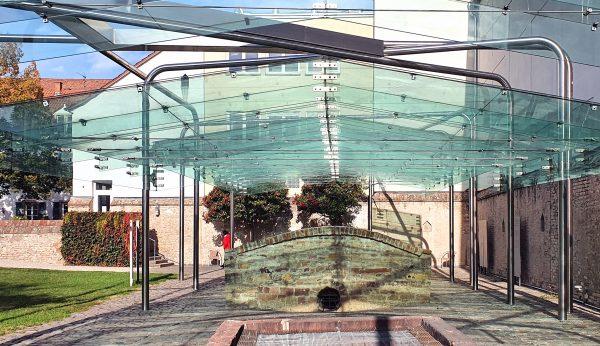 Das Glasdach des Ritualbads im Judenhof in Speyer