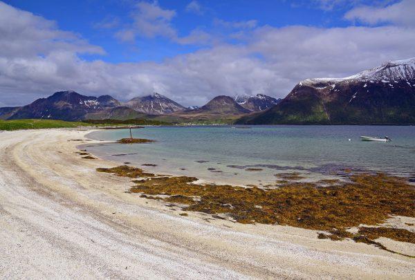 Ein Strand rund um die Fjorde von Tromsø
