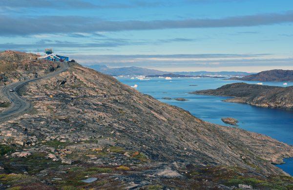 Blick auf die Straße zum Flughafen von Upernavik