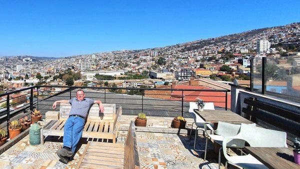 Zinni auf der Dachterrasse vom Casa Galos Hotel in Valparaíso