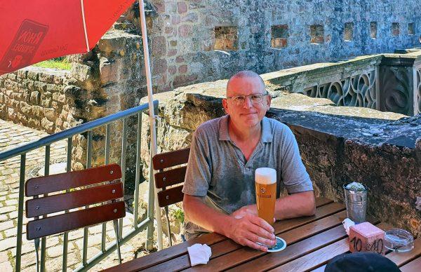 Zinni trinkt ein Bier auf der Burg in Wertheim