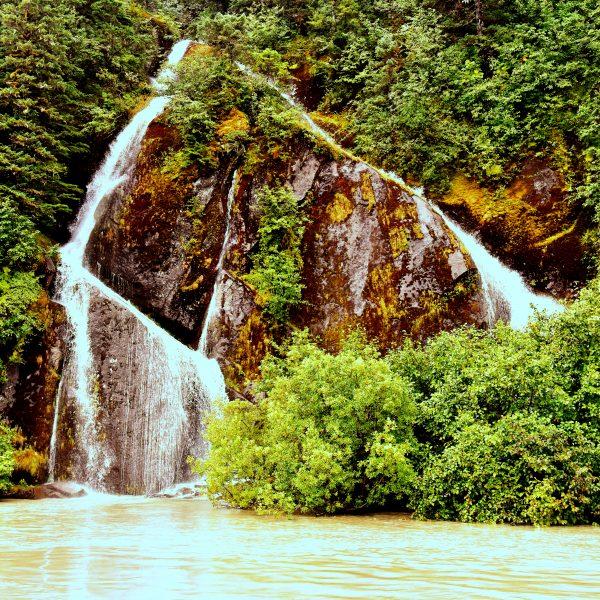 Ein Wasserfall im Stikine River