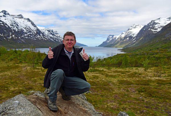 Zinni in der Fjord-Landschaft nahe Tromsø